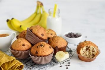קרין גורן מכינה מאפינס חצי חצי שוקו בננה