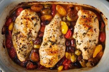 ססגונית ודלת קלוריות: מנת חזה עוף צלוי עם עגבניות וזיתים