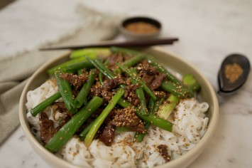 ארוחת צהריים מושלמת: רצועות סינטה עם שומשום על אטריות אורז