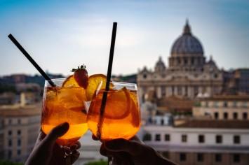 הראש ברומא, הרגליים על הספה: אפרול שפריץ לפנות ערב
