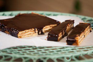 ג'רבו – עוגת שכבות הונגרית עם אגוזים וריבה