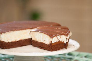 עוגת שוקולד עם קרם וניל וציפוי שוקולד