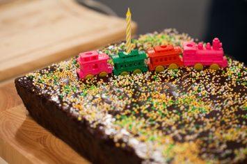 עוגה עם שם בפנים - עוגת שוקולד חגיגית עם הפתעה