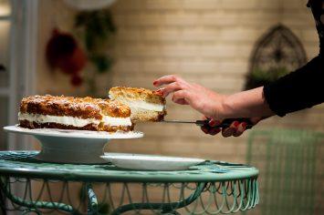 עקיצת הדבורה - עוגת דבש עם קרם וניל ושקדים בדבש