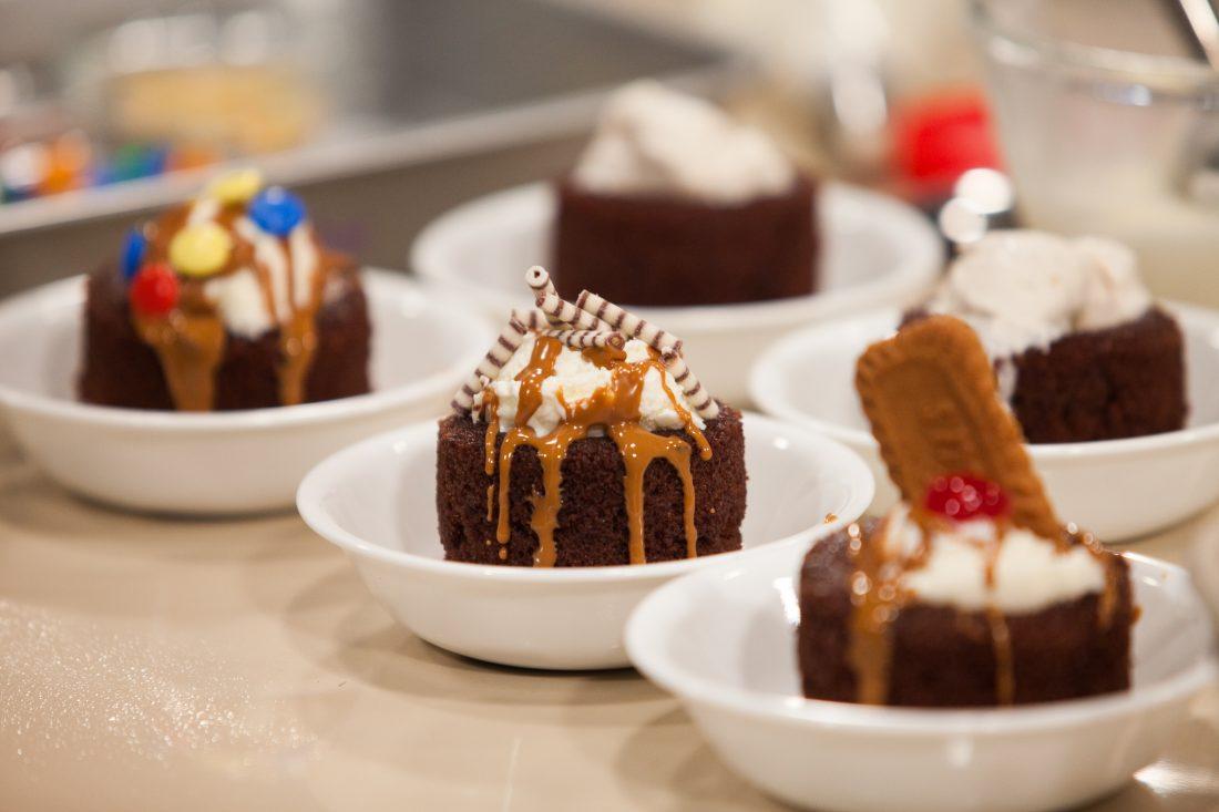 עוגת שוקולד עם תוספות