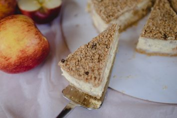עוגת גבינה תפוחים ופירורים