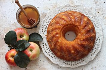 עוגת דבש ותמרים לחים בניחוח צ`אי מסאלה
