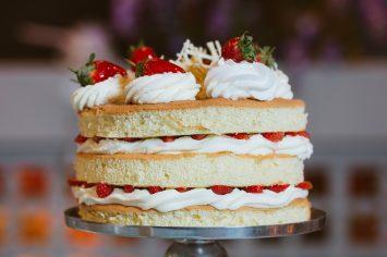עוגת היער הלבן - עוגת שכבות קצפת ותותים