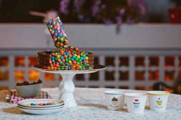 עוגת יום הולדת נגד כוח המשיכה