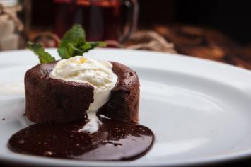 עוגת שוקולד חמה עם הפתעה לבנה