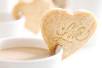 עוגיות שמתיישבות על כוס קפה