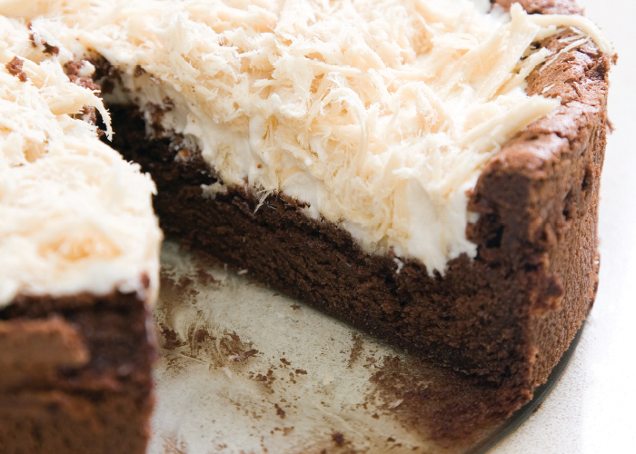 עוגת סופלה שוקולד ומוס חלבה. צילום: דניאל לילה