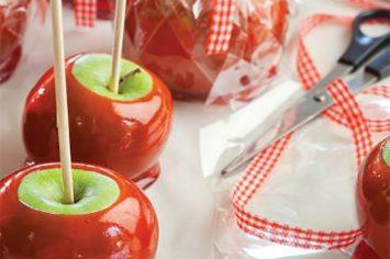 תפוח אדום על מקל