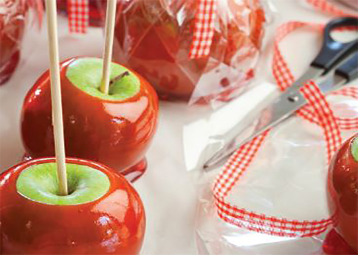 תפוח אדום על מקל. צילום: דניאל לילה