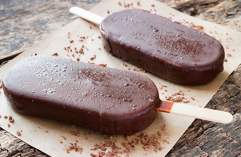 """ארטיק """"וניל"""" בציפוי שוקולד. צילום: שאטרסטוק"""