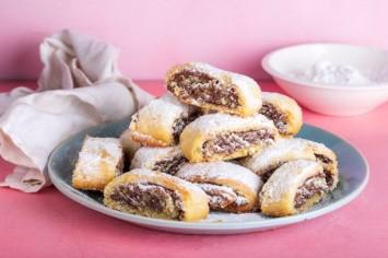 קרין גורן אופה עוגיות מגולגלות עם ממרח פררו