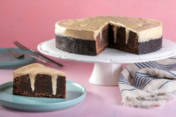 עוגת שוקולד עם גומות קינדר לבן של קרין גורן