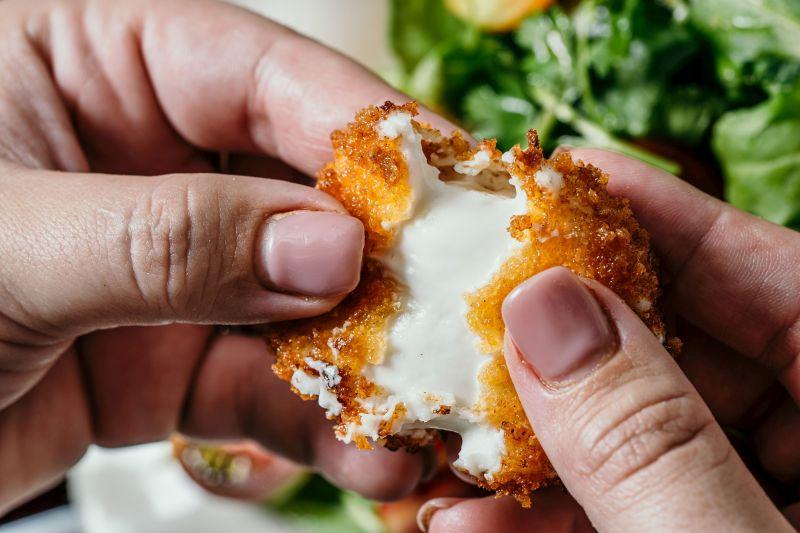 פרוסות-גבינת-עיזים-פריכות-על-סלט-עלים-ודבש צילום: ספיר קוסה