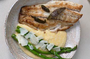 דג צרוב בחמאה ומרווה עם אספרגוס