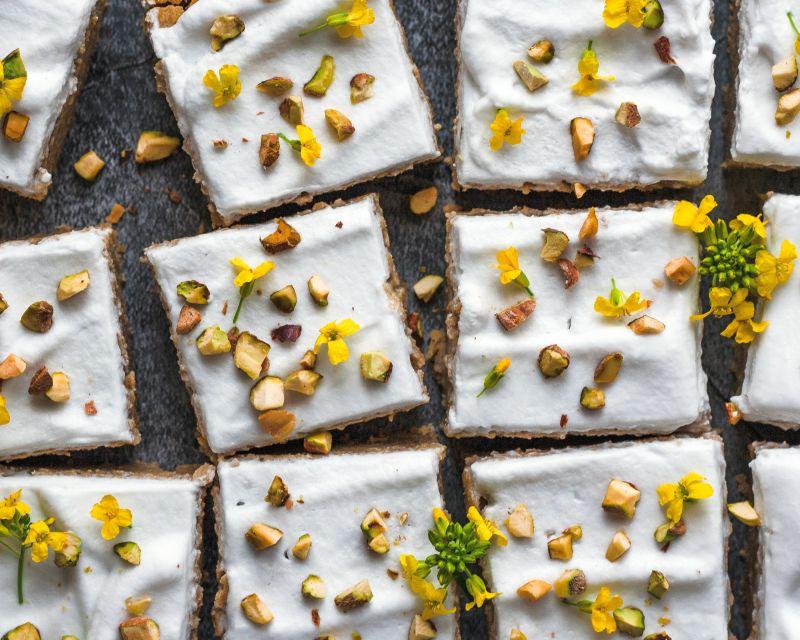עוגת-ביסקויטים-קרם-לבן-ופיסטוקים