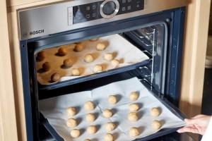 אופים במשך 12 דקות או עד שהעוגיות רק מתחילות להזהיב. צילום: אפיק גבאי
