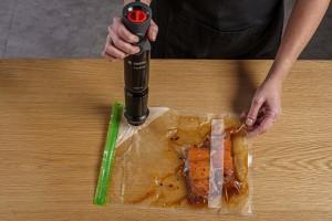 סגירת השקית בוואקום באמצעות בלנדר מוט