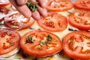 עלי תימין טריים על עגבניות.