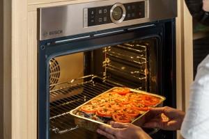 תבנית מוסקה נכנסת לתנור.