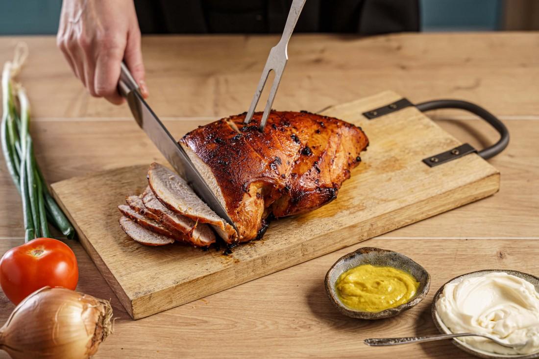 פסטרמה הודו בתנור על מגש עץ