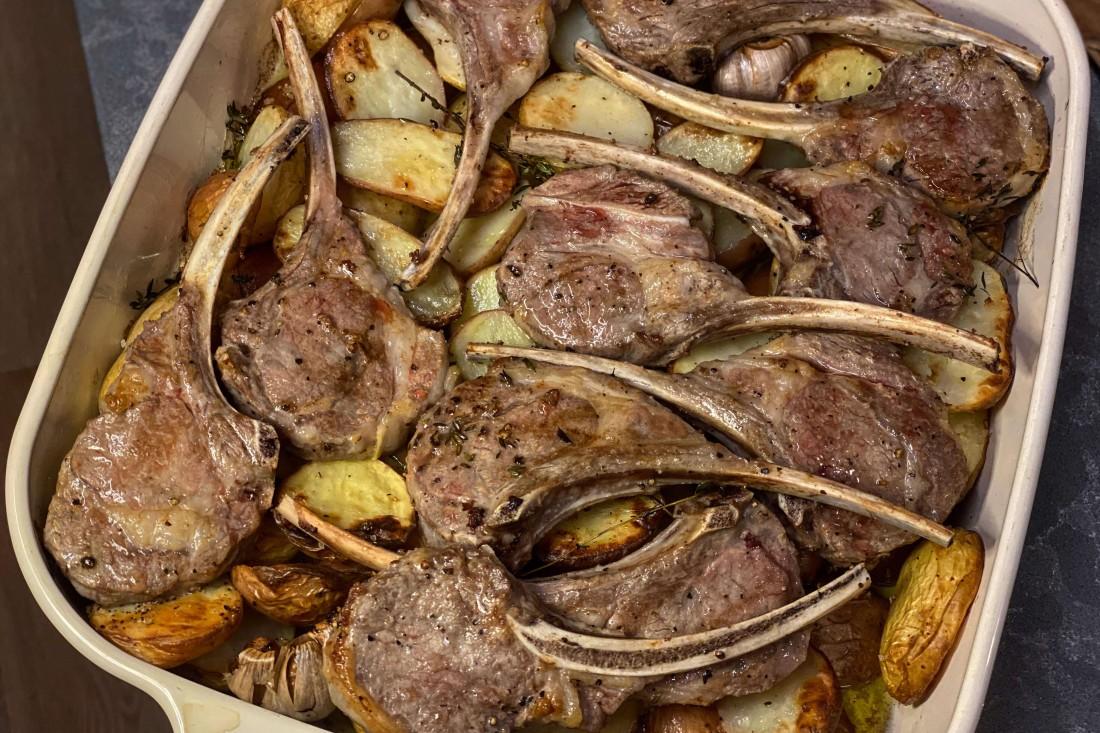 צלעות כבש ותפוחי אדמה אפויים בתבנית