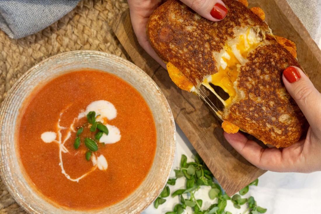 מרק עגבניות עם גרילד צ'יז.