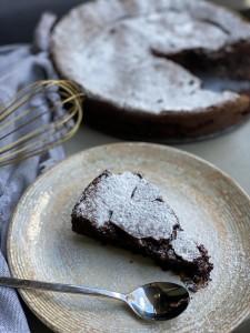 עוגת שוקולד פאדג׳ית ועשירה לפסח